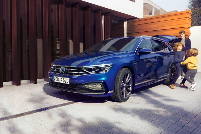 """Passat """"Easy Open"""" three-quarter rear view, man opens the boot lid with a kick of his foot under the tailgate"""