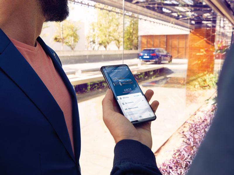 Handy-Bildschirm mit We Connect Dienst in Hand