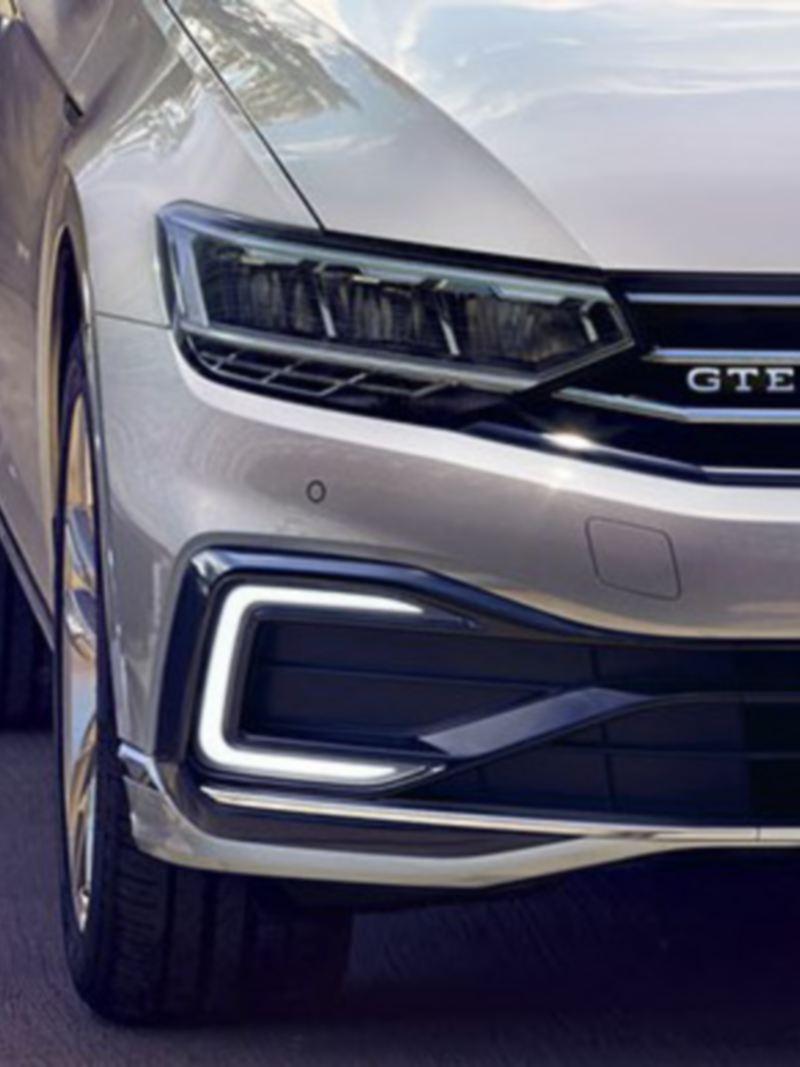 VW Nuova Passat GTE: vista frontale con i fari con tecnologia LED in risalto