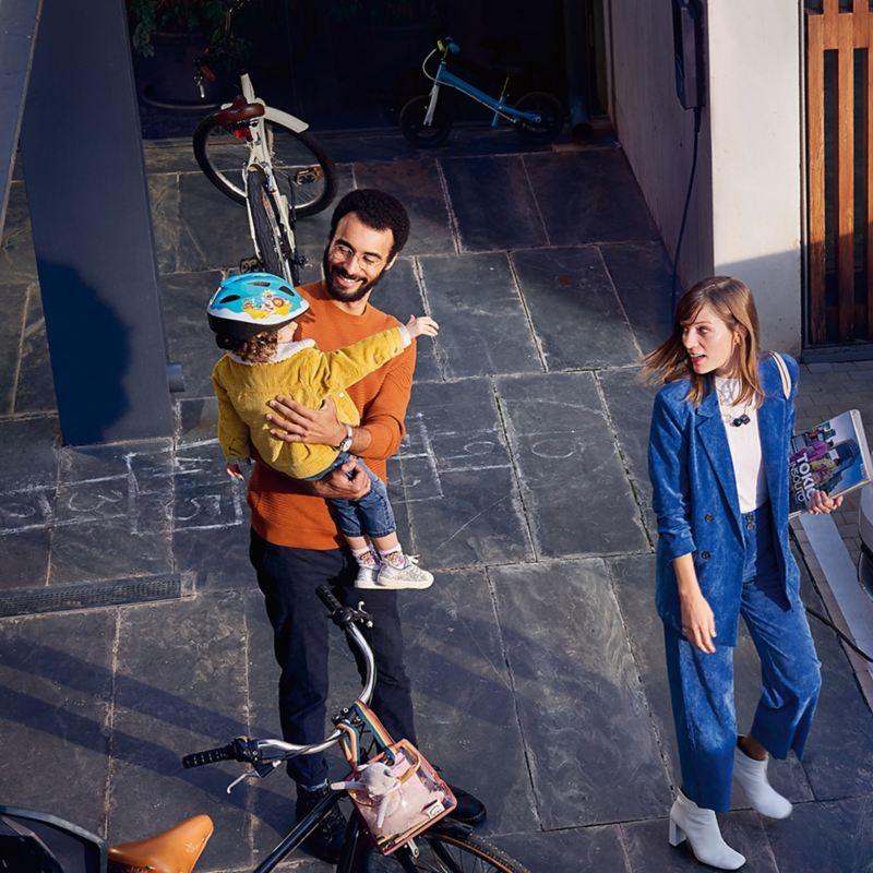 Junge Familie schräg von oben, Mann mit Kind auf dem Arm