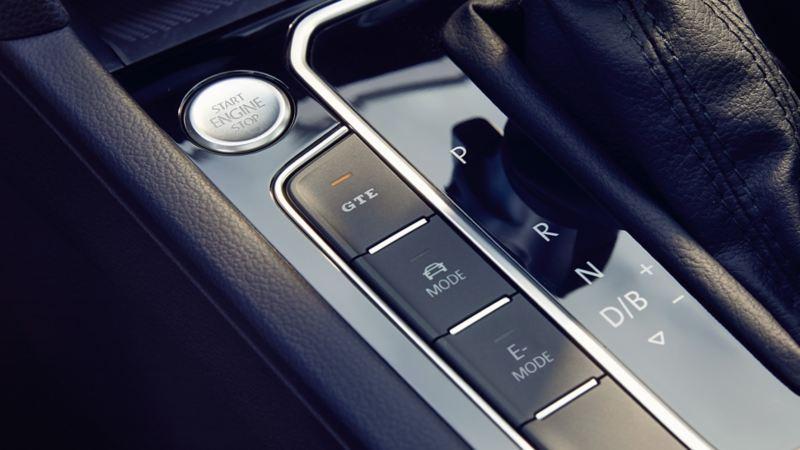 VW Passat GTE: Tasten links neben dem Schalthebel, LED der GTE-Taste beleuchtet, Start-Stopp-Knopf
