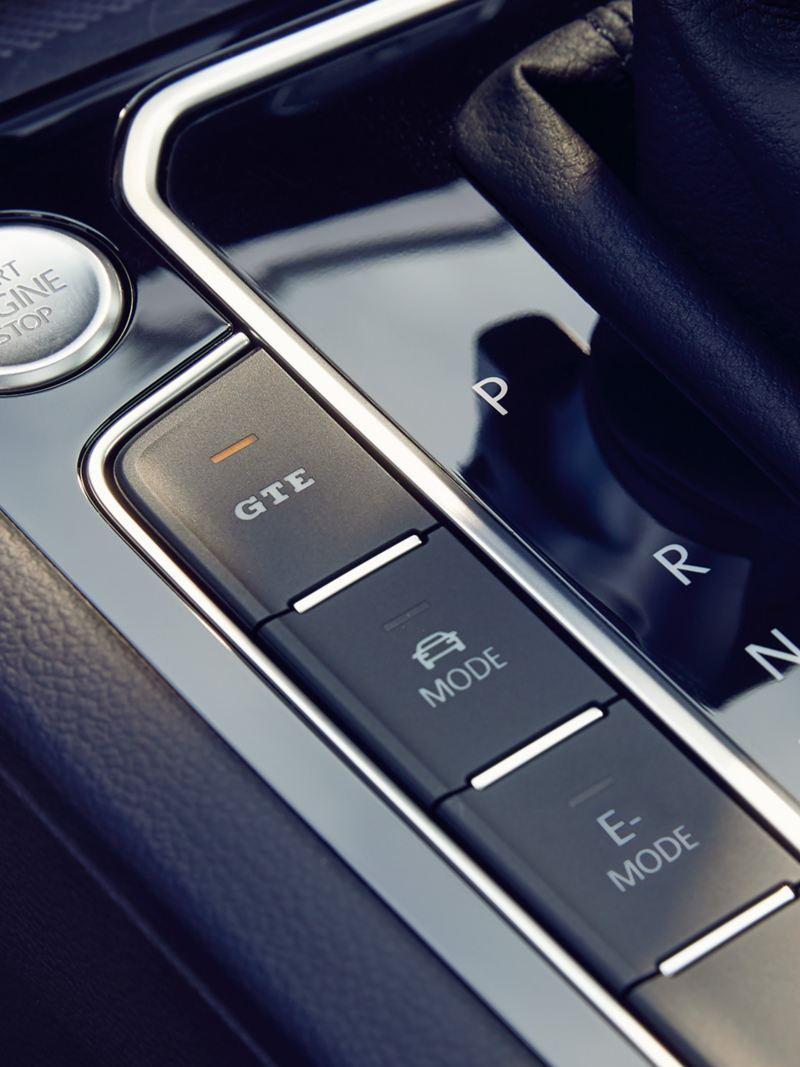 VW Passat GTE: przyciski z lewej strony dźwigni zmiany przełożenia, LED przycisku GTE świeci się, przycisk Start-Stop