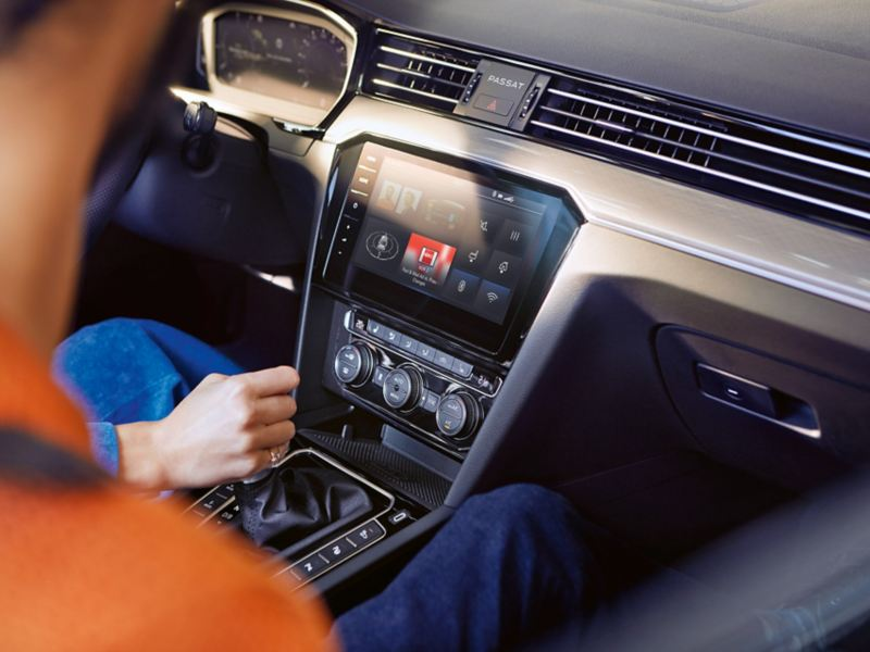 Passat GTE konsola środkowa z nawigacją Discover Pro, ekran z kompasem, głośnik, WLAN, Bluetooth, przepływ energii i radio