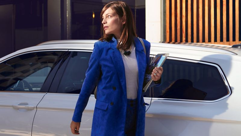 Una donna davanti ad una Volkswagen