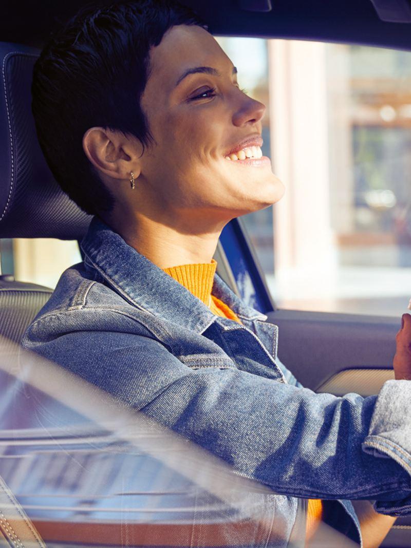 Frau mit Kaffee im Auto