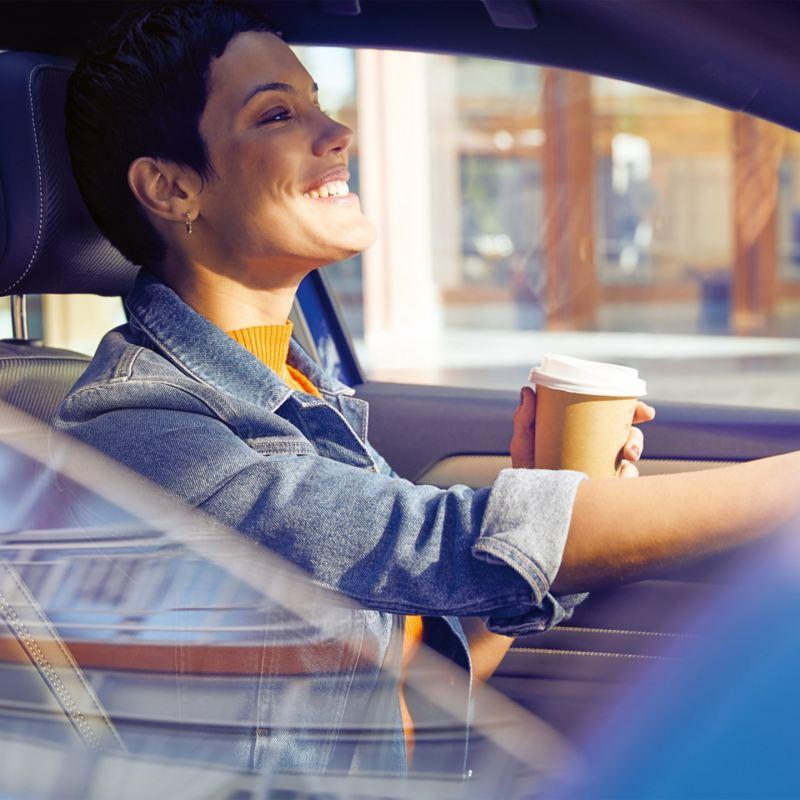 Junge Frau am Steuer eines Volkswagen