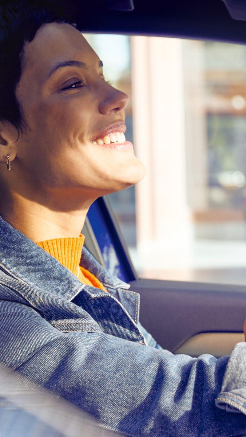 Junge Frau in einem Volkswagen
