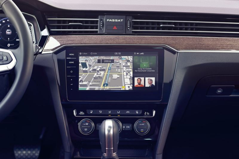 Passat GTE nawigacja Discover Pro z podzielonym ekranem i wyświetloną nawigacją, utworem i przepływem energii