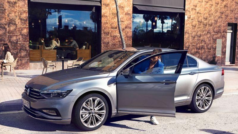 Passat Limousine Elegance w kolorze srebrnym Pyrit z obręczami Verona, widok z boku od przodu, mężczyzna wysiada z samochodu