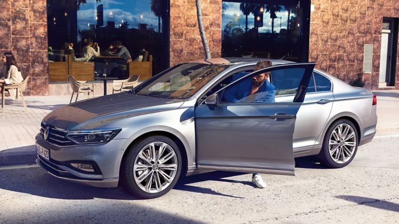 Seitenansicht des VW Passat, Mann steigt auf der Fahrerseite aus dem Auto