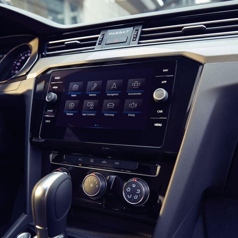 Blick auf das Display mit We Connect Entertainment im Inneren eines VW Passat
