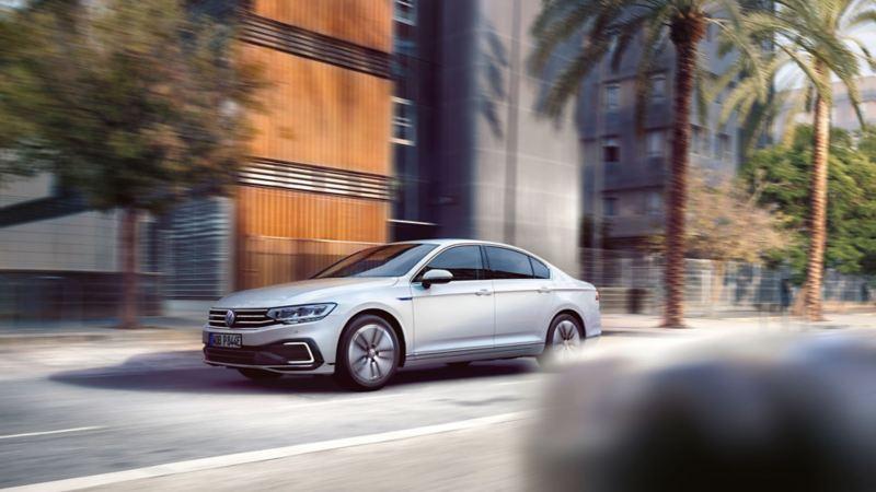 VW Passat GTE Fahraufnahme vor Bäumen und mehrstöckigen Gebäuden