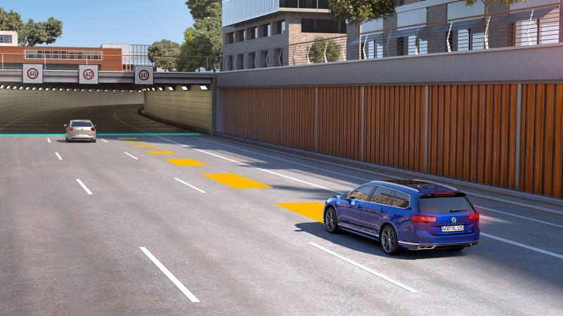 VW Passat bewegt sich im Straßenverkehr, dabei wird Travel Assist genutzt.