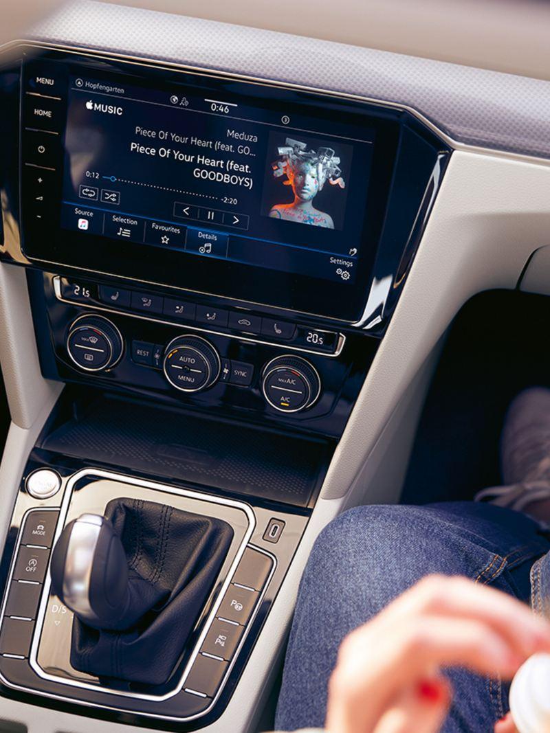 """Interni Volkswagen Passat Alltrack, sistema di navigazione """"Discover Pro"""" in consolle centrale vista dall'alto"""
