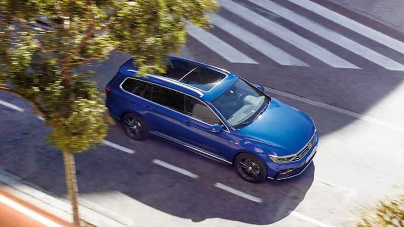 Vista dall'alto su una Volkswagen Passat Variant in marcia