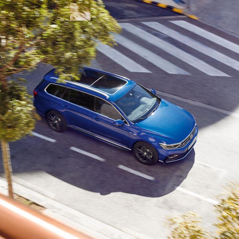 Fahrender VW Passat Variant R-Line von schräg oben