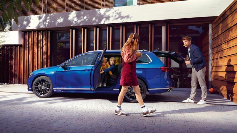 Volkswagen Passat stasjonsvogn familiebil sett fra siden