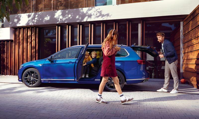 Famiglia sale su Nuova Passat Variant Volkswagen