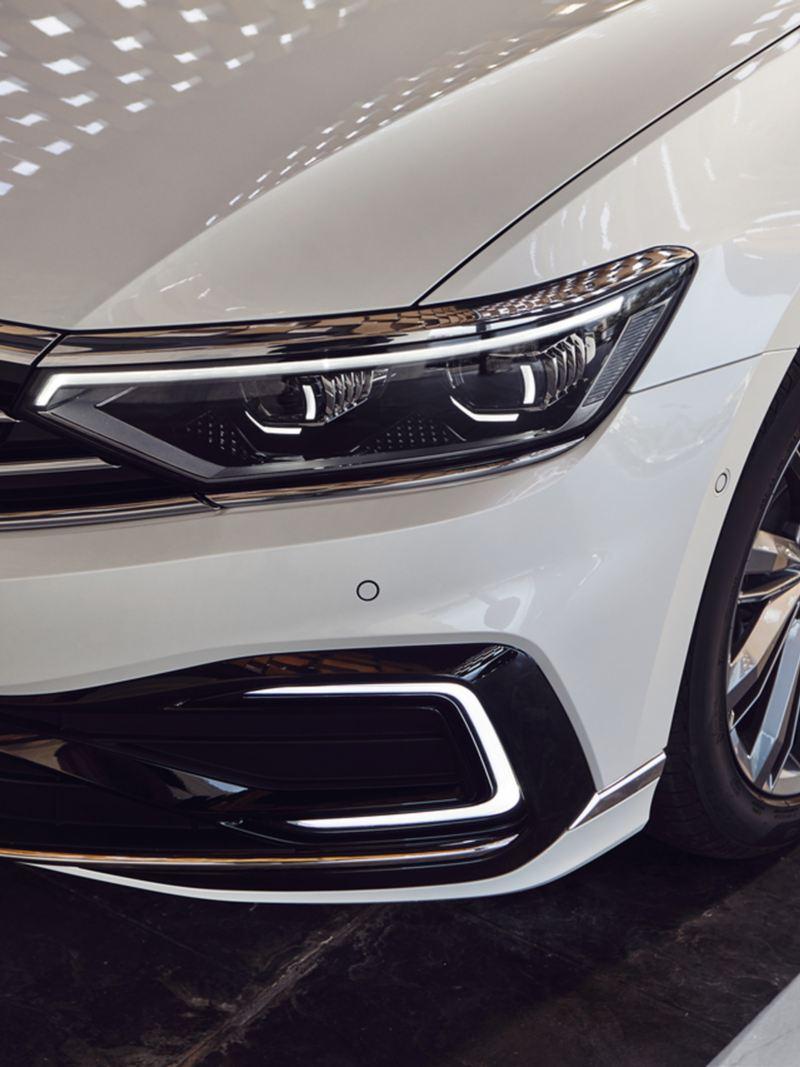 VW Passat Variant GTE: vista frontale con i fari con tecnologia LED in risalto