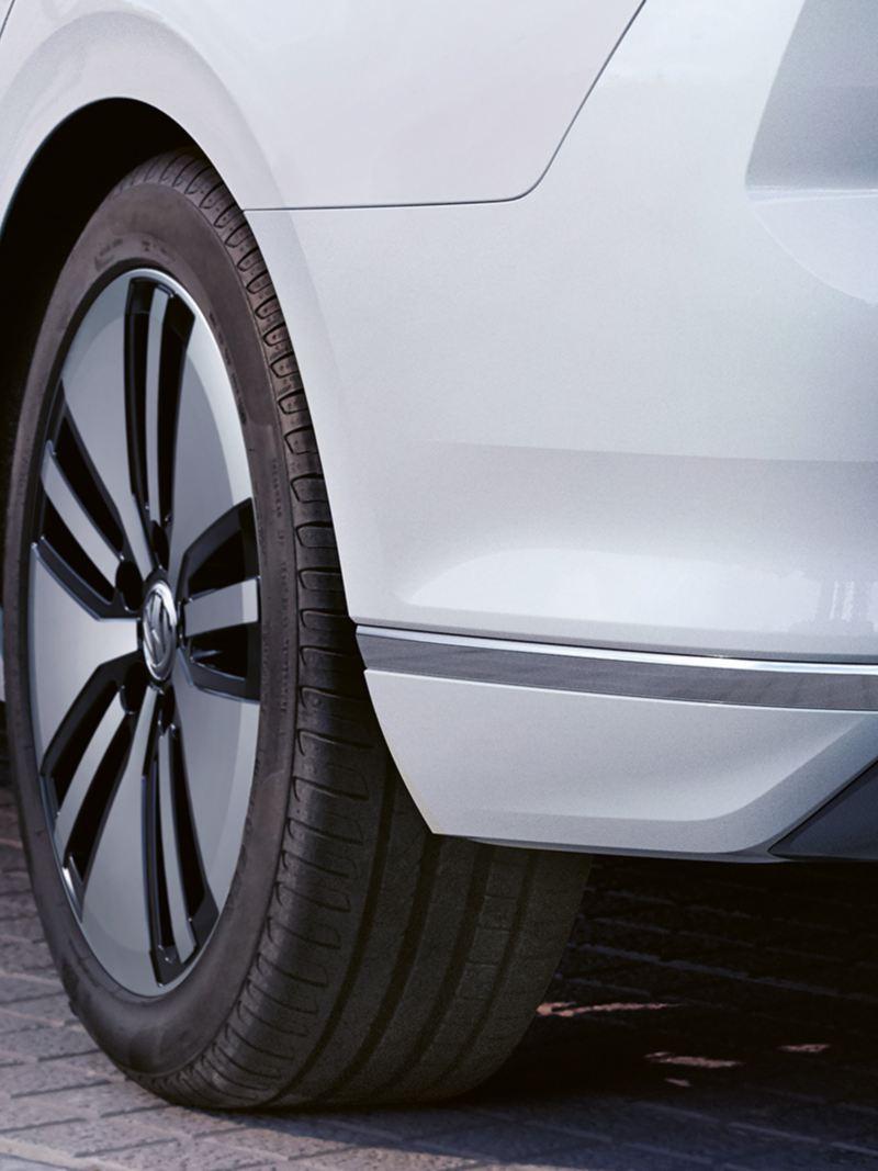 """Nuova Passat GTE Volkswagen: cerchio in lega leggera """"Montpellier"""" visto in obliquo dal lato posteriore"""