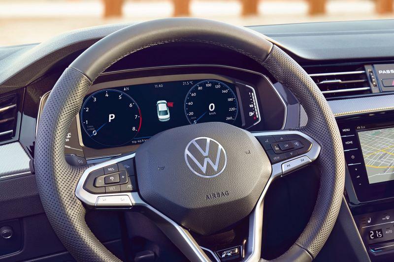 Digital Cockpit de la Passat avec affichage de la navigation au centre.