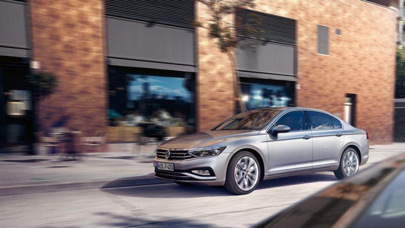 VW Passat Limousine in Fahrbewegung von der Seite betrachtet
