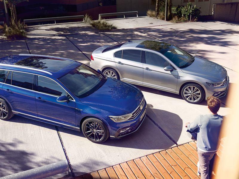 Seitlicher Blick von oben auf einen geparkten blauen VW Passat Variant und einen silbernen VW Passat.