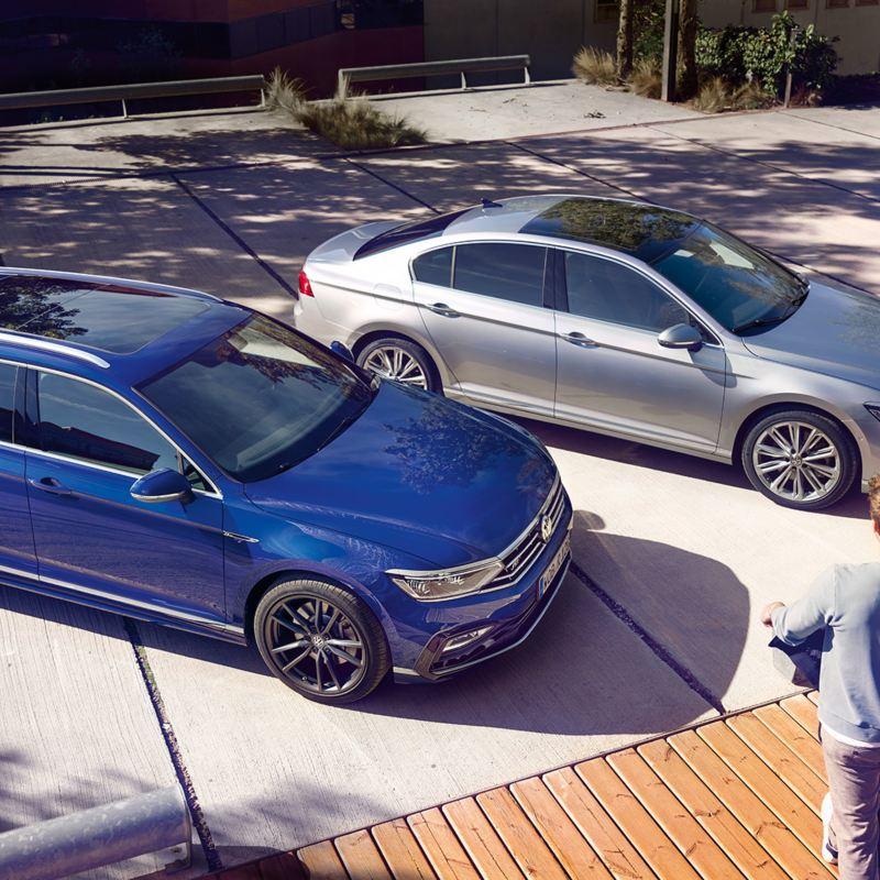 Ein VW Passat und ein VW Passat Variant parkend von schräg oben betrachtet
