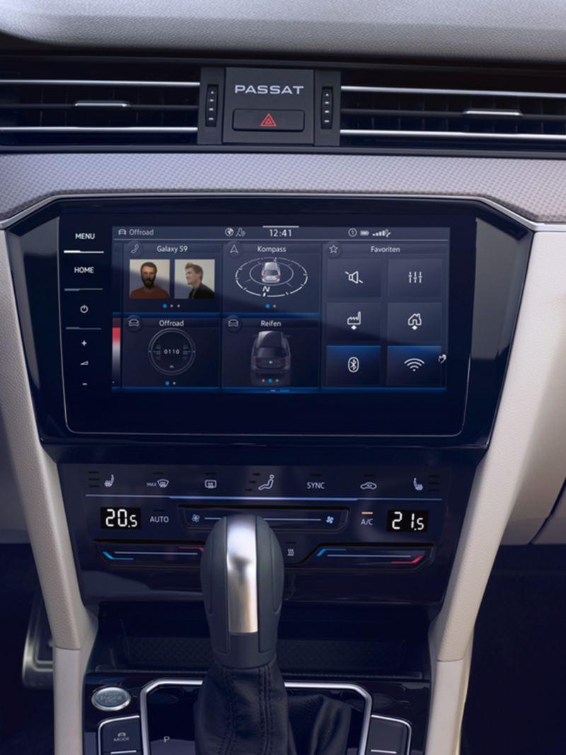 VW Passat GTE Navigationssystem «Discover Pro» mit geteiltem Bildschirm und Navigations-, Song- und Energieflussanzeige