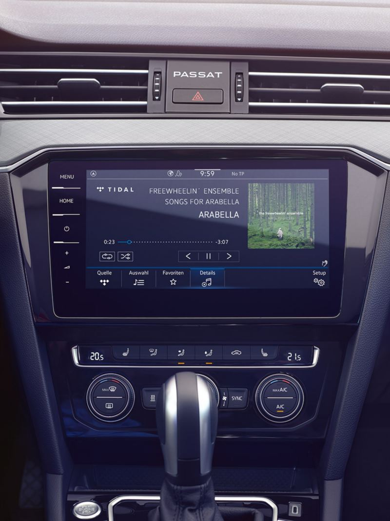"""VW Passat GTE sistema de navegação """"Discover Pro"""", ecrã dividido entre mapa de navegação, conteúdo multimédia e dois contactos."""