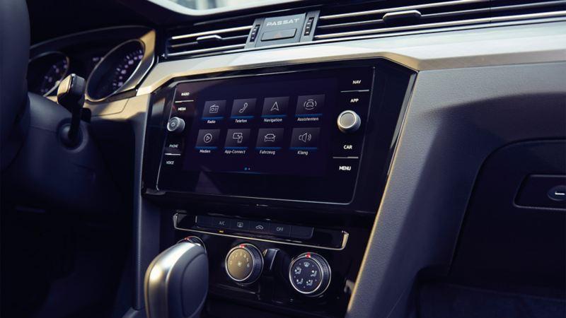 """Passat, sistema di navigazione """"Discover Media"""", schermata iniziale con otto differenti funzioni tra cui scegliere, vista in obliquo dal lato destro"""