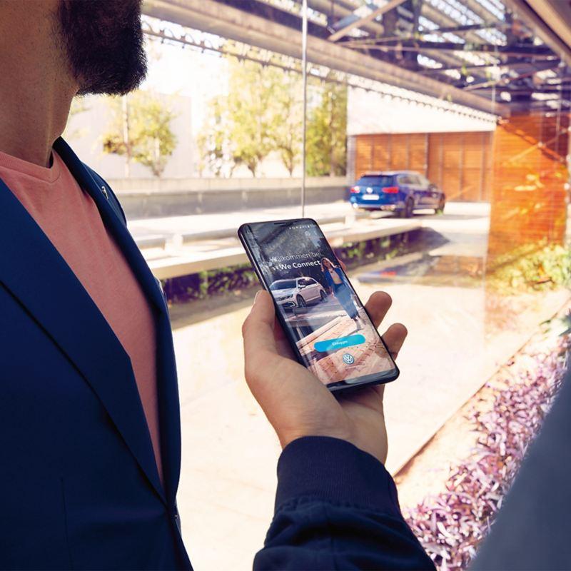 Ein Smartphone mit der We Connect App geöffnet
