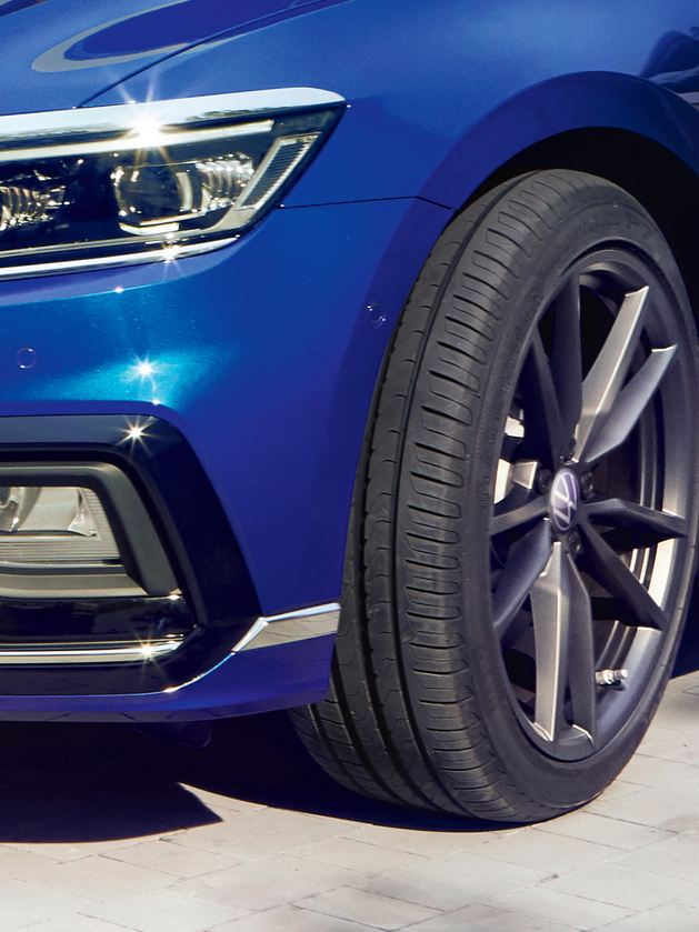 "Passat three-quarter front with focus on 19-inch ""Pretoria"" rim"