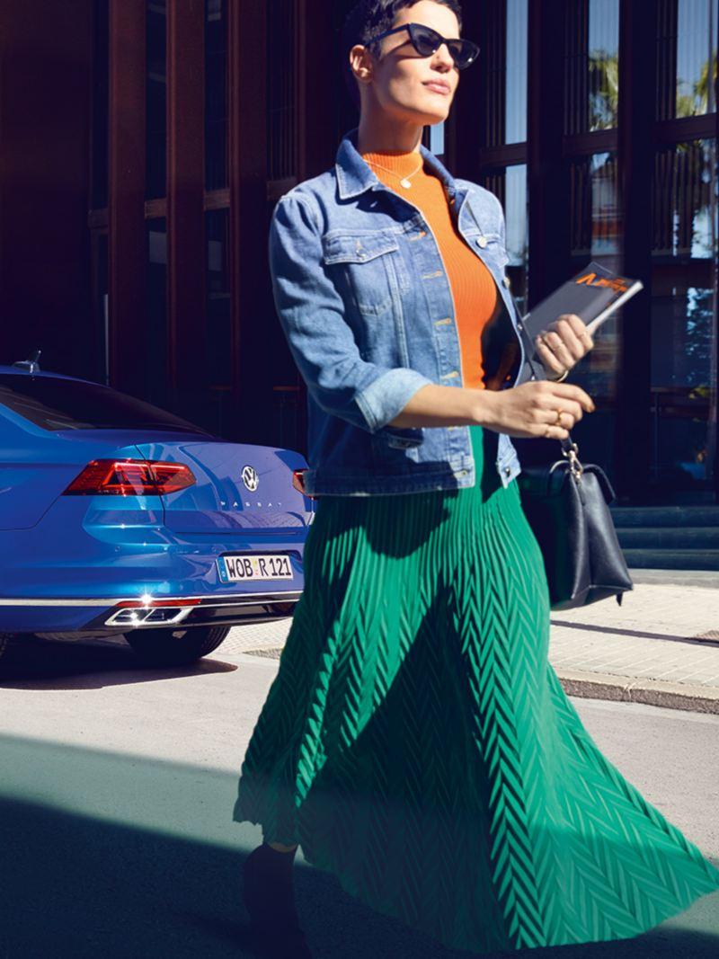 Una mujer deja su coche aparcado