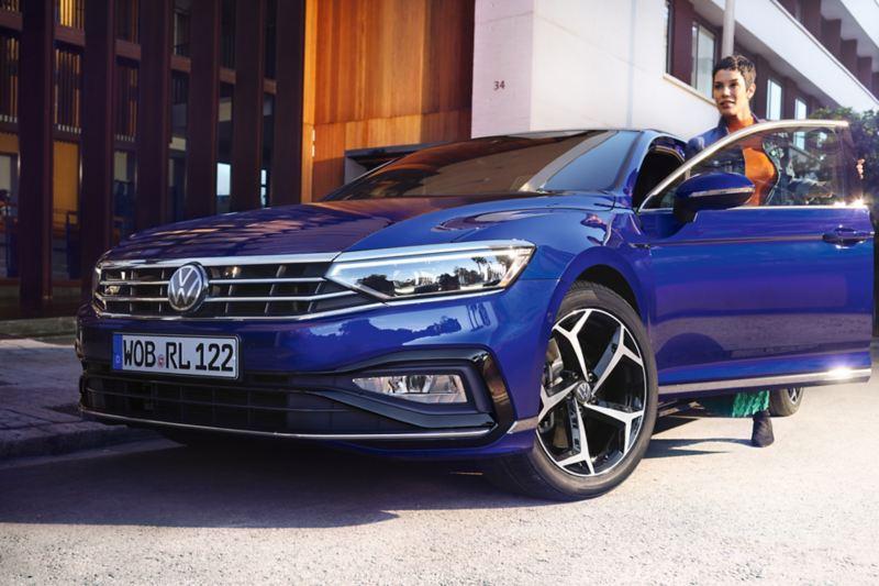 Donna sale su Passat Variant Volkswagen auto station wagon