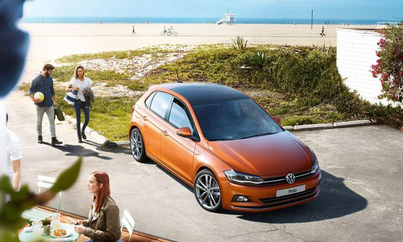Volkswagen Polo auto parcheggiata vicino ad una spiaggia