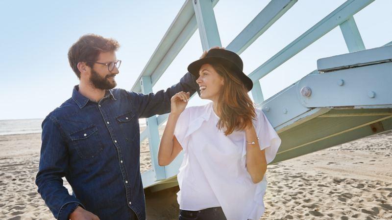 Man och kvinna på en strand
