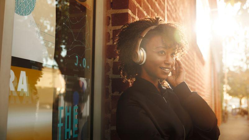 Ung kvinna med hörlurar