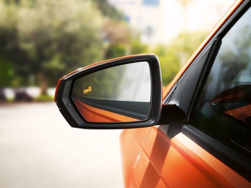 VW Polo Außenspiegel mit leuchtendem Blind Spot-Symbol