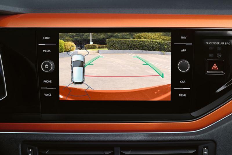 Discover Media στο Volkswagen Polo TGI, η οθόνη δείχνει την εικόνα της κάμερας οπισθοπορείας.