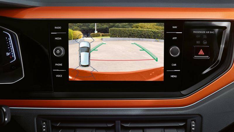 Visualizzazione della telecamera per la retromarcia sul computer di bordo di VW Polo