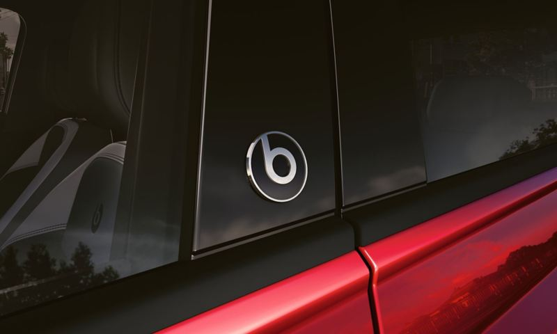 "VW Polo beats in detail with ""beatsaudio""-Logo"