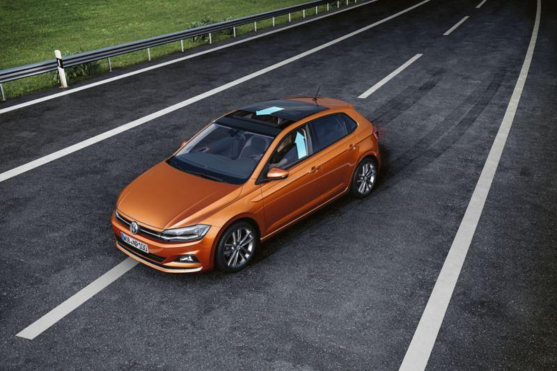 Όταν το Volkswagen Polo TGI χάνει την πρόσφυση με τον δρόμο, τότε τα παράθυρα και η πανοραμική οροφή κλείνουν.