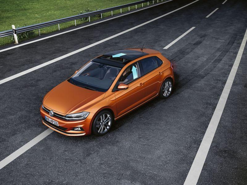 Ein VW Polo gerät auf einer Straße ins Schleudern, Pfeile demonstrieren, dass Fenster und Panoramadach geschlossen werden