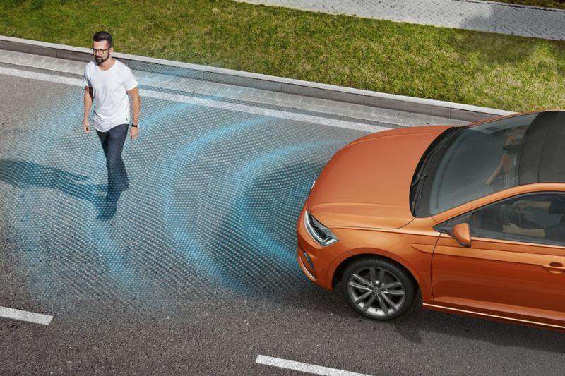 Ένας άντρας διασχίζει τον δρόμο , το Volkswagen Polo TGI  τον ανιχνεύει.