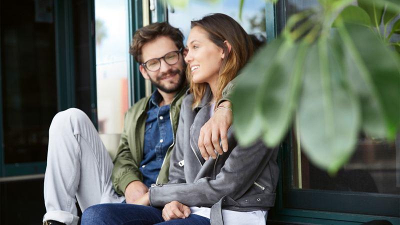 Junges Paar sitzt vor einem Fenster