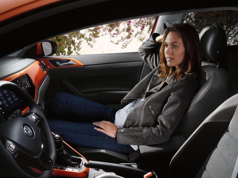 mujer en el interior d eun volkswagen polo 2019