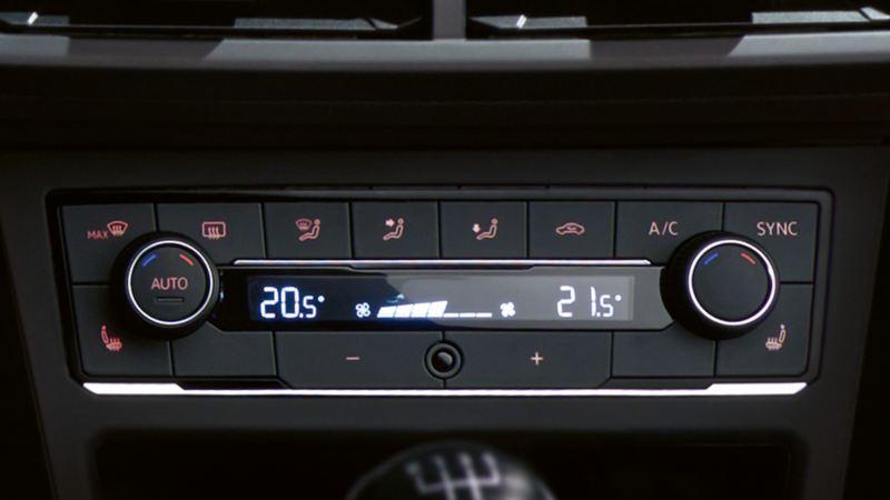 "Blick auf eine VW Klimaanlage ""Climatronic"" im VW Polo"
