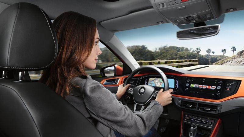 donna al volante di Polo Volkswagen