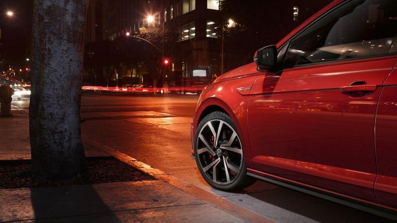 Polo GTI czerwony podczas jazdy z boku od tyłu